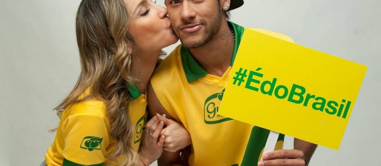 Claudia Leitte e Neymar durante ação promocional em Barcelona Foto: Divulgação / Guaraná Antárctica
