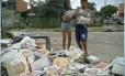 Crianças recolhem parte dos livros didáticos no lixo