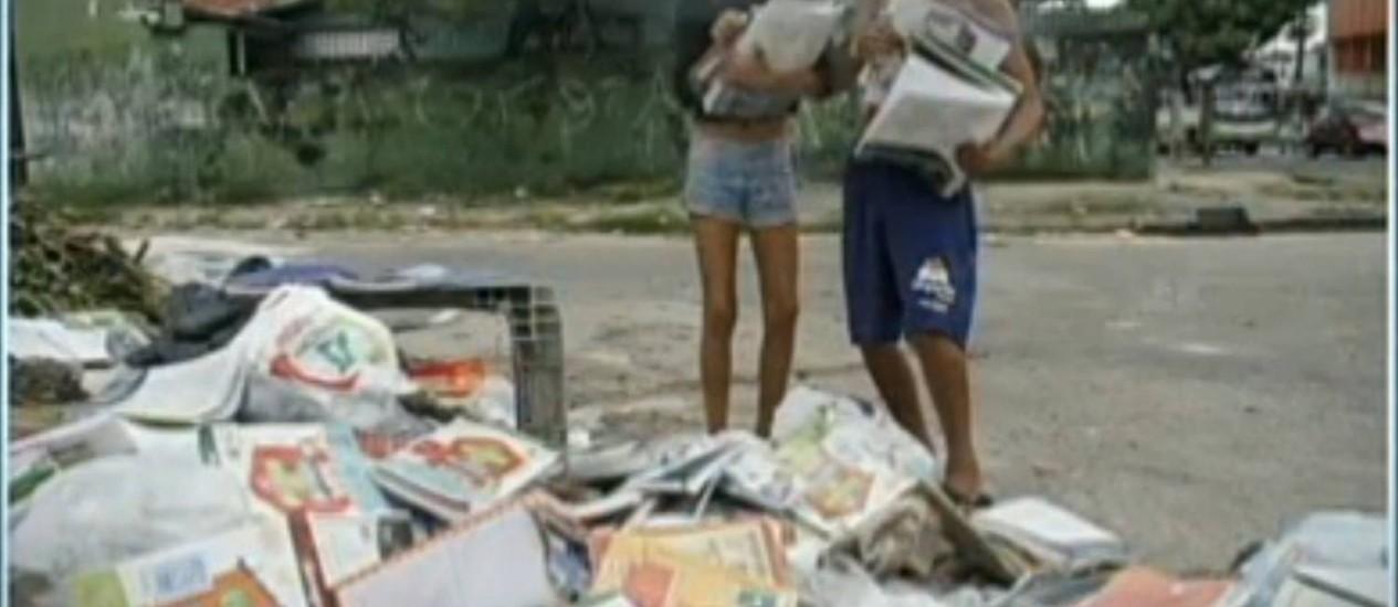 Crianças recolhem parte dos livros didáticos no lixo Foto: Reprodução TV Globo