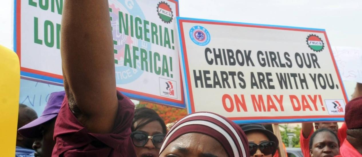 Ativistas protestam pela libertação das meninas na capital da Nigéria, Abuja Foto: PIUS UTOMI EKPEI / AFP