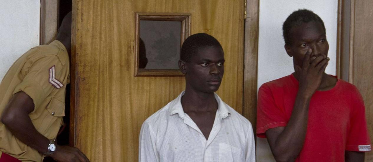 Os ugandenses Kim Mukisa (direita) e Jackson Mukasa estão sendo julgados por serem gays Foto: ISAAC KASAMANI / AFP