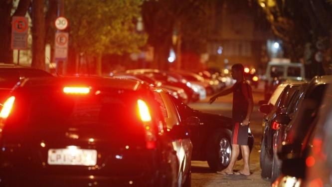 Irregular. Guardador clandestino auxilia um motorista a estacionar seu veículo na Rua Leopoldo Miguez Foto: Guilherme Leporace