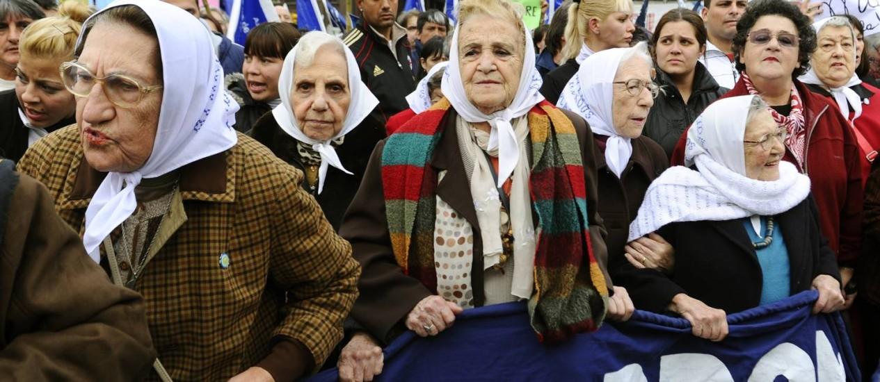 Resistência. Mães da Praça de Maio: busca por filhos desaparecidos e netos nascidos em centros clandestinos da ditadura Foto: Daniel Garcia 02/06/2011 / AFP