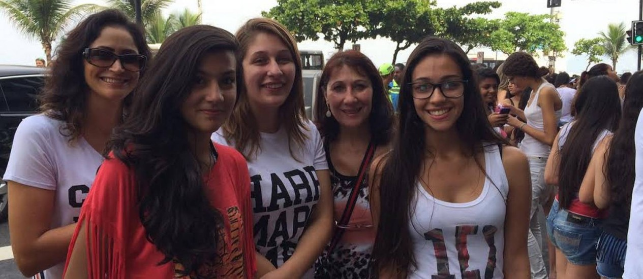 Fãs do One Direction se aglomeram em hotel: Rafaela (com a camisa escrita 'Harry') e a mãe, Morgana (a sua direita), fazem plantão no local Foto: Fabiano Ristow / O Globo