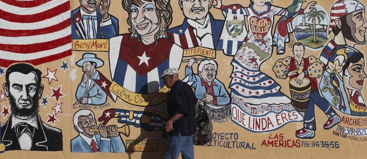 Um homem caminha por um mural no bairro Little Havana, em Miami Foto: SHANNON STAPLETON / Reuters