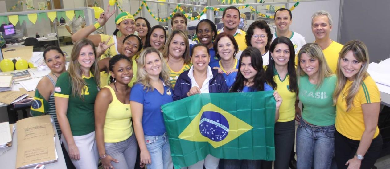 Empresas vão liberar funcionários para assistir aos jogos do Brasil no ambiente de trabalho. Na foto, funcionários da CEG durante a Copa de 2010 Foto: Antônio Pinheiro / Arquivo