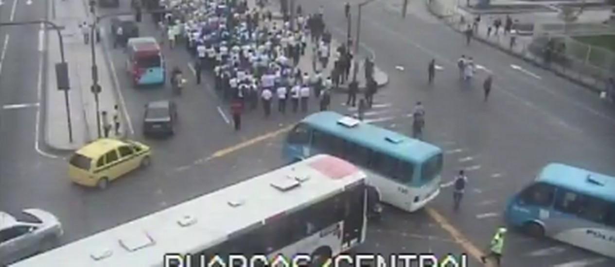 Manifestantes interditam Av. Presidente Vargas Foto: Reprodução: / COR