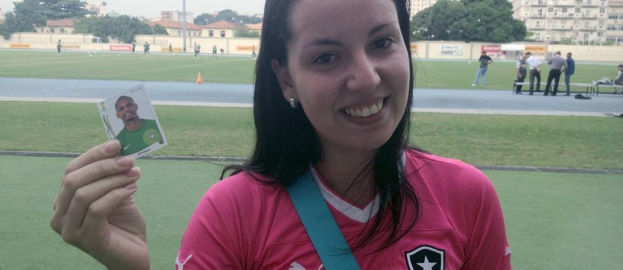 A botafoguense Isabella Neves com a 'figurinha' do goleiro Jefferson, feita por ela para suprir a ausência do ídolo no álbum da Copa Foto: Eduardo Zobaran