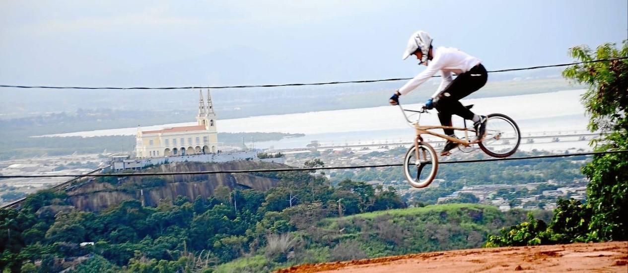 Teste. O ciclista Tiago Fernando Victor faz manobras na pista. Ao fundo, a Igreja da Penha Foto: Divulgação/Marcelo Santos / Divulgação/Marcelo Santos