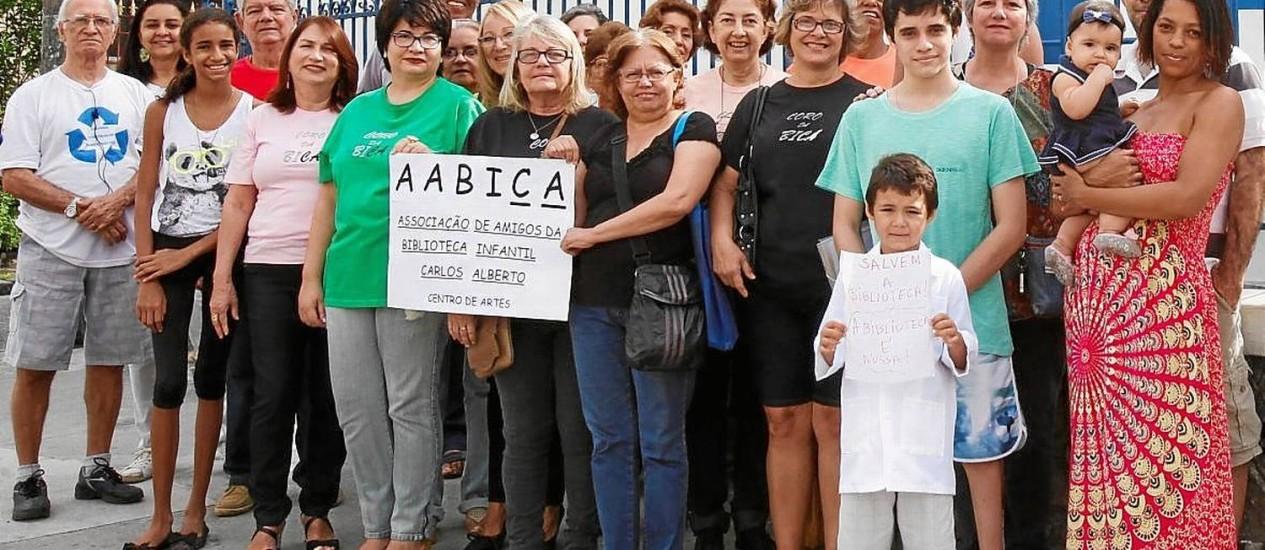 Na luta. Integrantes da associação em frente à biblioteca Foto: Bárbara Lopes / Bárbara Lopes