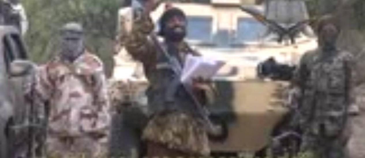 Imagens de arquivo mostram líder do Boko Haram, Abubakar Shekau, no centro Foto: AFP