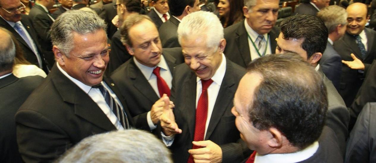 O deputado Arlindo Chinaglia (PT/SP) é cumprimentado por outros parlamentares após ser eleito novo primeiro vice-presidente da Câmara Foto: André Coelho / Agência O Globo