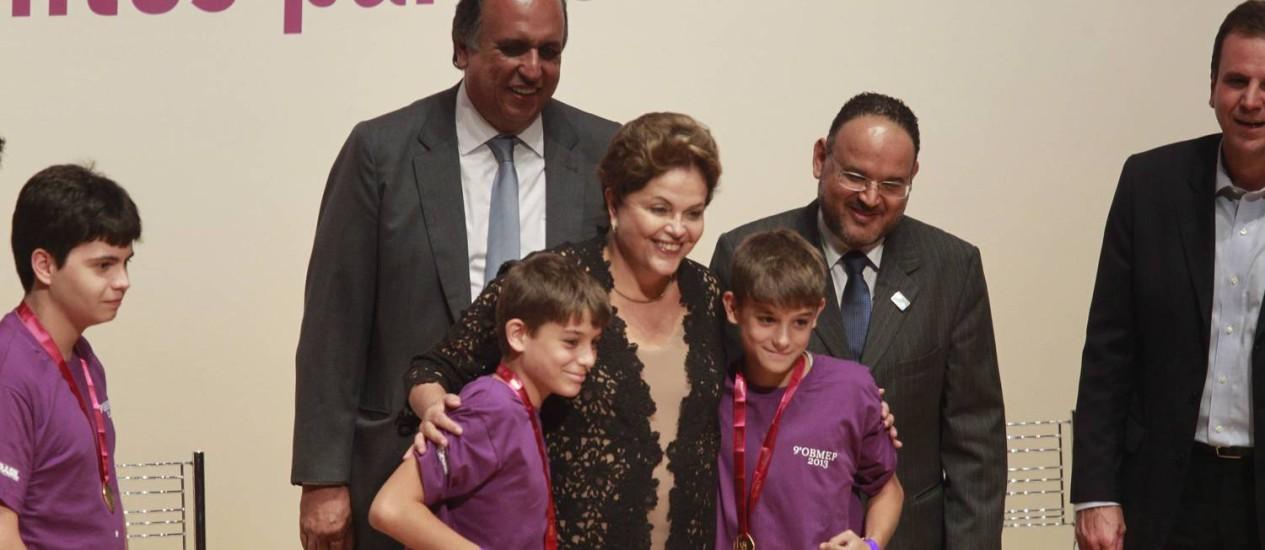 Dilma entrega medalhas a 500 alunos com as melhores notas na 9ª Olimpíada Brasileira de Matemática das Escolas Públicas Foto: Domingos Peixoto / Agência O Globo