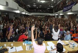 Assembleia dos professores no Clube Municipal: categoria marcou nova greve para o dia 12 Foto: Paulo Nicolella / Agência O Globo