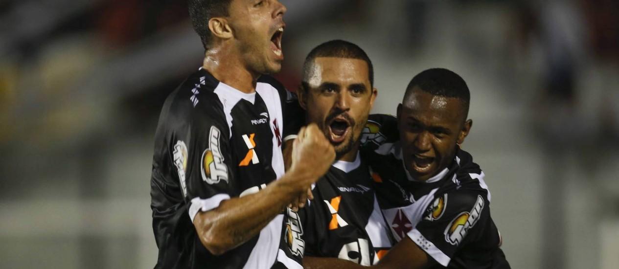 André Rocha, Douglas Silva e Yago comemoram o gol que abriu o placar Foto: Alexandre Cassiano / Agência O Globo