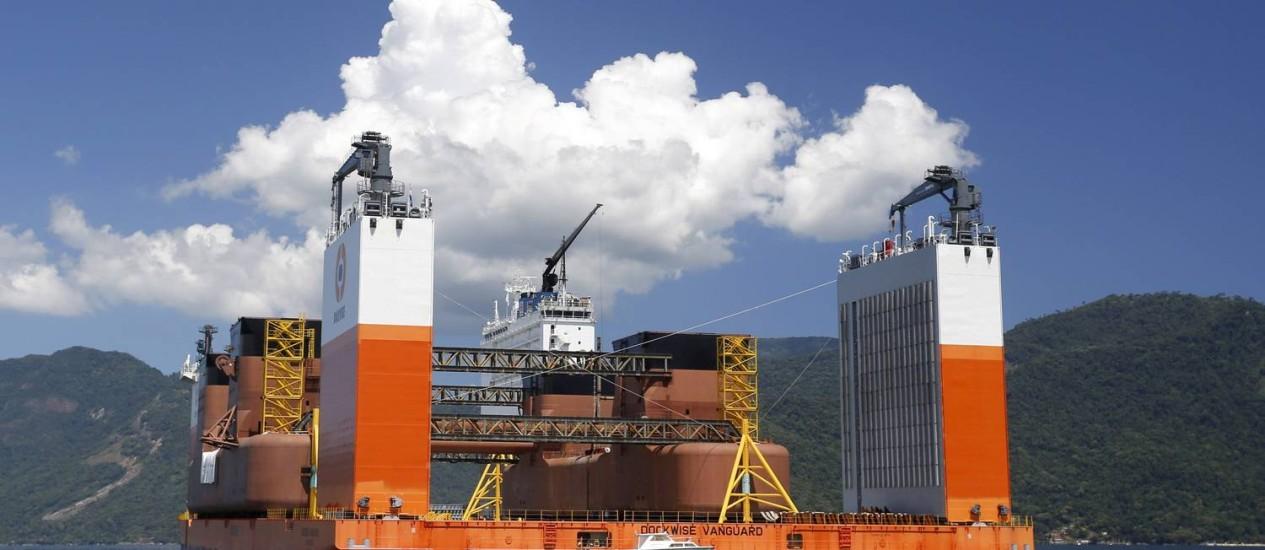 O casco da primeira sonda do pré-sal que chegou ao Brasil: setor obteve mais peso no cálculo do PIB Foto: Fábio Rossi/22-01-2014