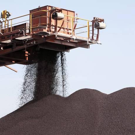 No porto de Xangai, minério de ferro é descarregado Foto: Qilai Shen / Bloomberg