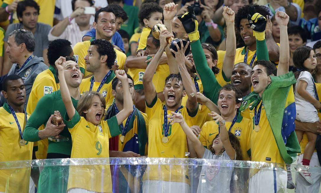 Brasileiros comemoram o título da Copa das Confederações, no Maracanã Foto: / Ivo Gonzalez / Agência O Globo