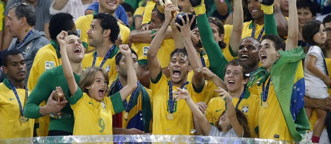 Brasileiros comemoram o título da Copa das Confederações, no Maracanã Foto: Ivo Gonzalez / Agência O Globo