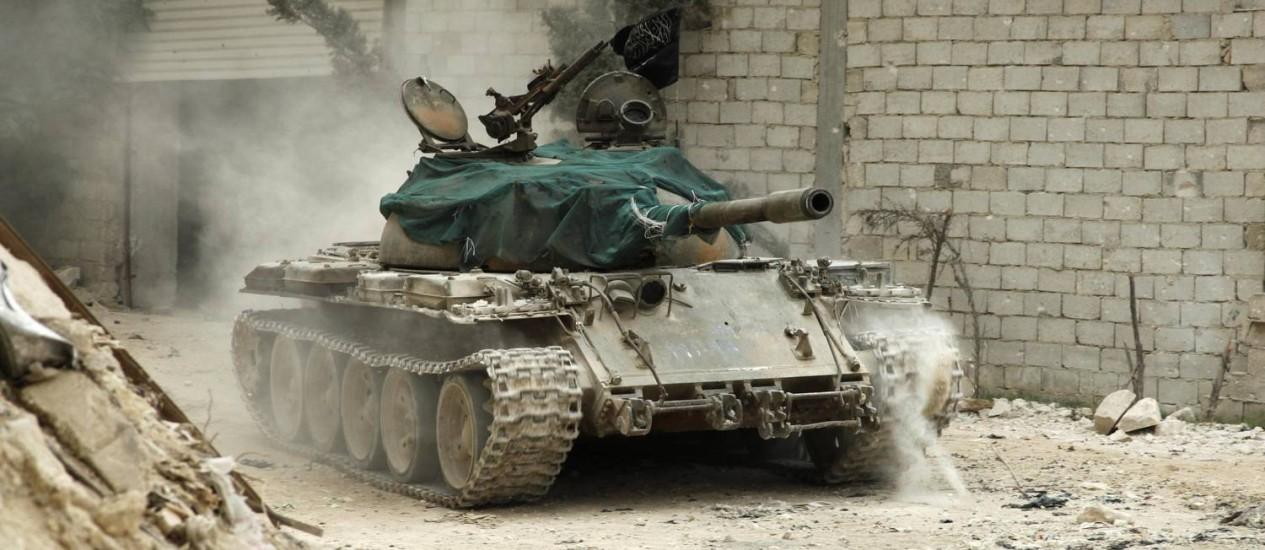 Um veículo militar que pertence ao Exército Livre da Síria é visto no distrito de al-Amariya em Aleppo Foto: AMMAR ABDULLAH / Reuters