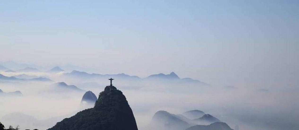 A cidade do Rio ficou encoberta pelo nevoeiro na manhã desta quinta-feira. Na foto, o Crsito Redentor visto do Sumaré Foto: Leitor Marcos Estrella