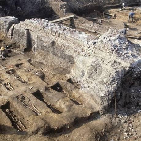 Museu de Arqueologia de Londres escavou o cemitério Royal Mint, onde mortos na Peste Negra foram interrados Foto: © MOLA/ Andy Chopping