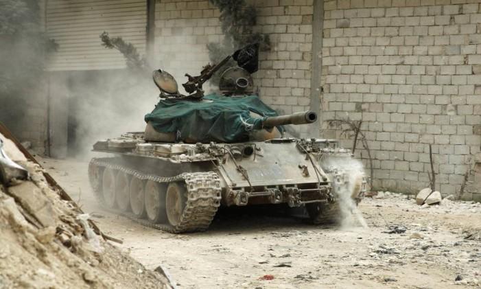 Um tanque do Exército Livre da Síria passa por Al-Amariya, um distrito de Aleppo Foto: AMMAR ABDULLAH / Reuters
