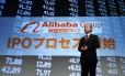 O bilionário Masayoshi Son, diretor executivo e presidente do SoftBank, fala em um evento em frente a uma tela com o logotipo do Alibaba Group: o investidor japonês será o maior beneficiado com o lançamento de ações do grupo chinês