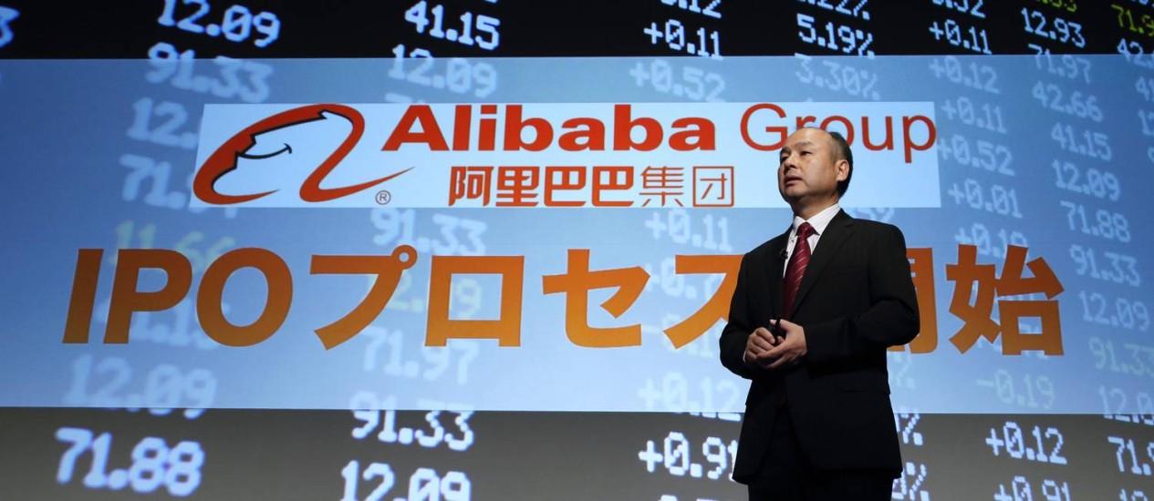 O bilionário Masayoshi Son, diretor executivo e presidente do SoftBank, fala em um evento em frente a uma tela com o logotipo do Alibaba Group: o investidor japonês será o maior beneficiado com o lançamento de ações do grupo chinês Foto: Tomohiro Ohsumi / Bloomberg