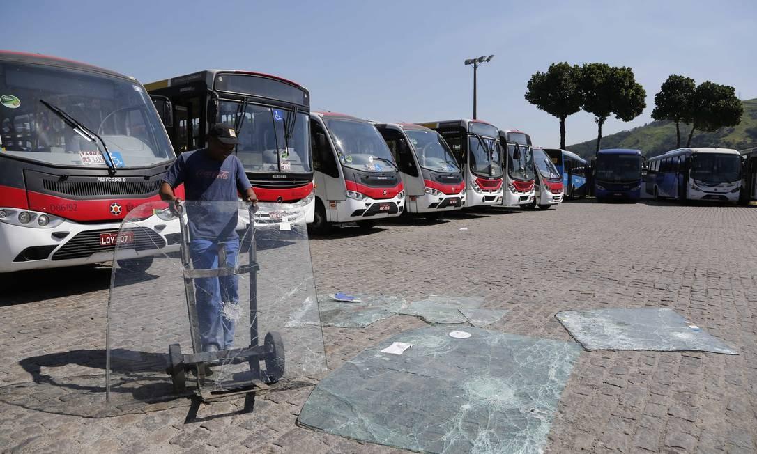 Vandalizados, ônibus que foram ficam parados na garagem da empresa Jabour, em Campo Grande Foto: Pablo Jacob / Agência O Globo