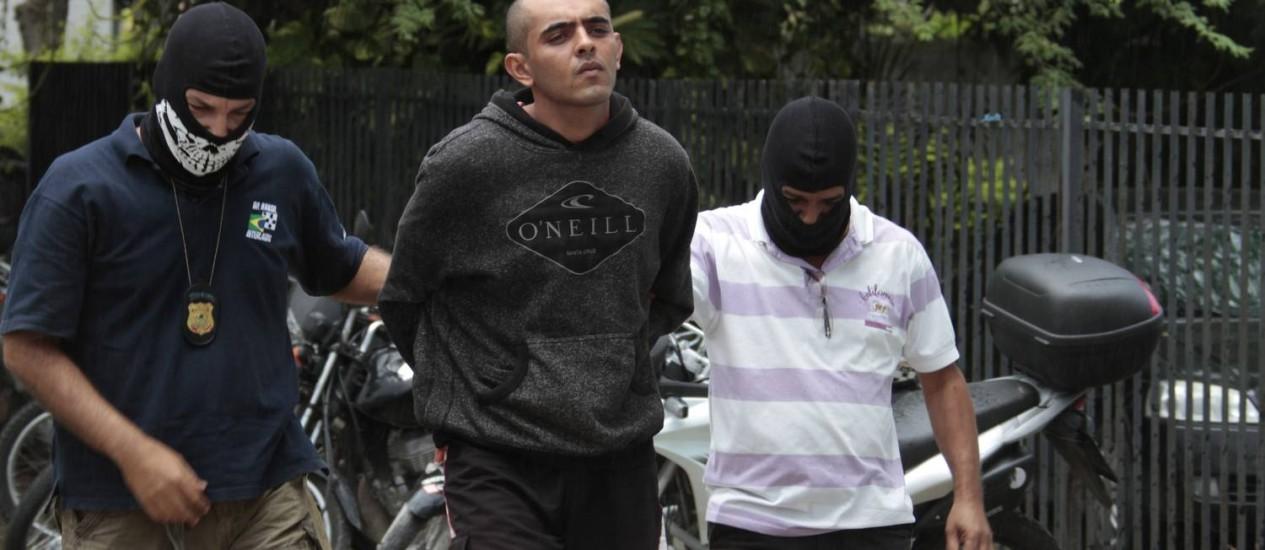 Policiais prendem Luiz Cabral de Araújo Neto (centro), o segundo suspeito acusado de ter jogado o vaso Foto: Bobby Fabisak/JC Imagem