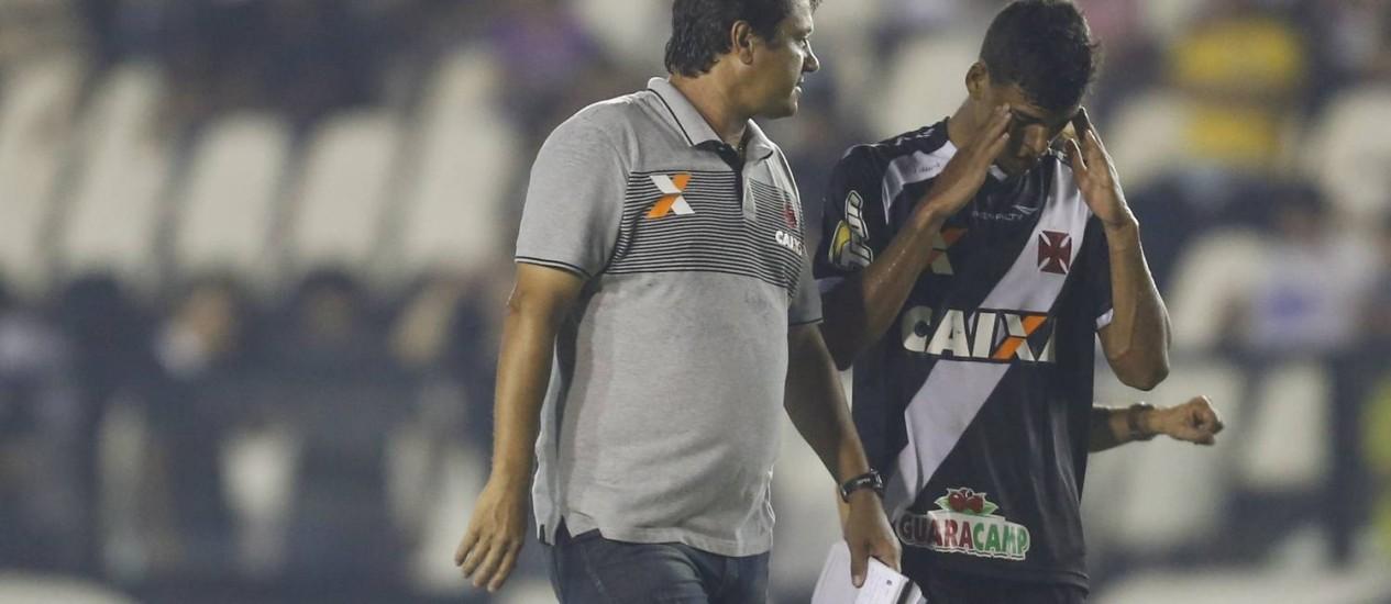 O técnico Adilson Batista conversa com Danilo após o empate com o Treze Foto: Alexandre Cassiano / Agência O Globo