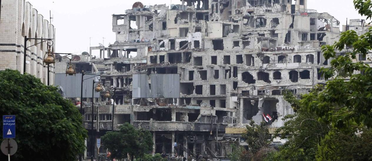 Uma rua de Homs exibe as marcas da destruição provocada pela guerra: muitos feridos buscam atendimento médico em Israel Foto: KHALED AL-HARIRI / REUTERS