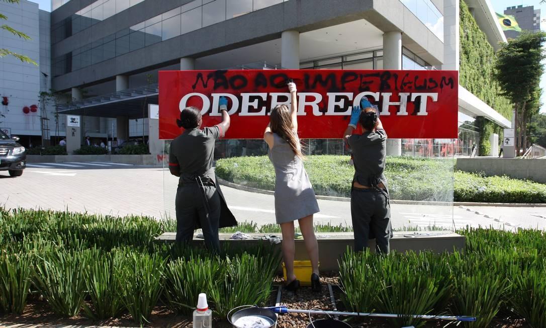 Os manifestantes ocuparam os prédios de três grandes construtoras Foto: Michel Filho / Agência O Globo
