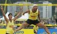 Lula e Adriano comemoram a vitória no circuito nacional de vôlei de praia em Niterói, em 2002. Depois de 12 anos, a principal competição da modalidade voltará à cidade.