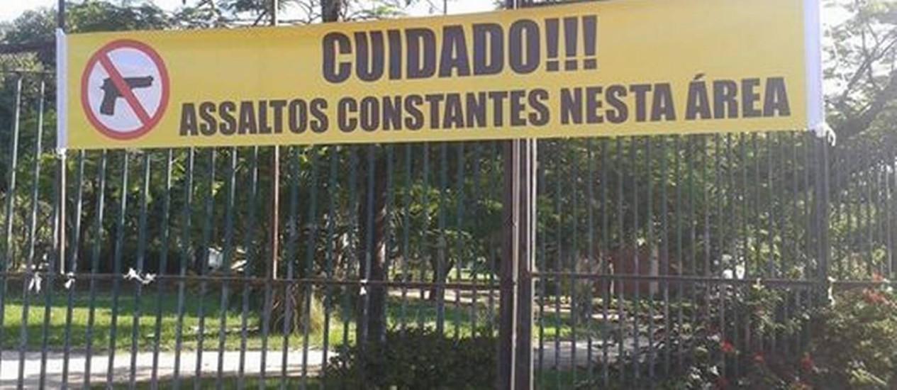 Faixa alerta moradores a respeito de assaltos nas proximidades do Parque do Pomar Foto: Divulgação
