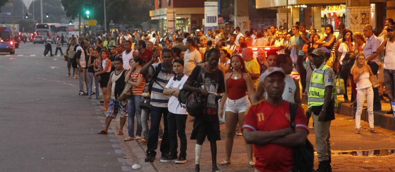 Terminal lotado na Central do Brasil: sindicato afirma que apenas 24% da frota circulava no fim da tarde Foto: Marcelo Carnaval / Agência O Globo