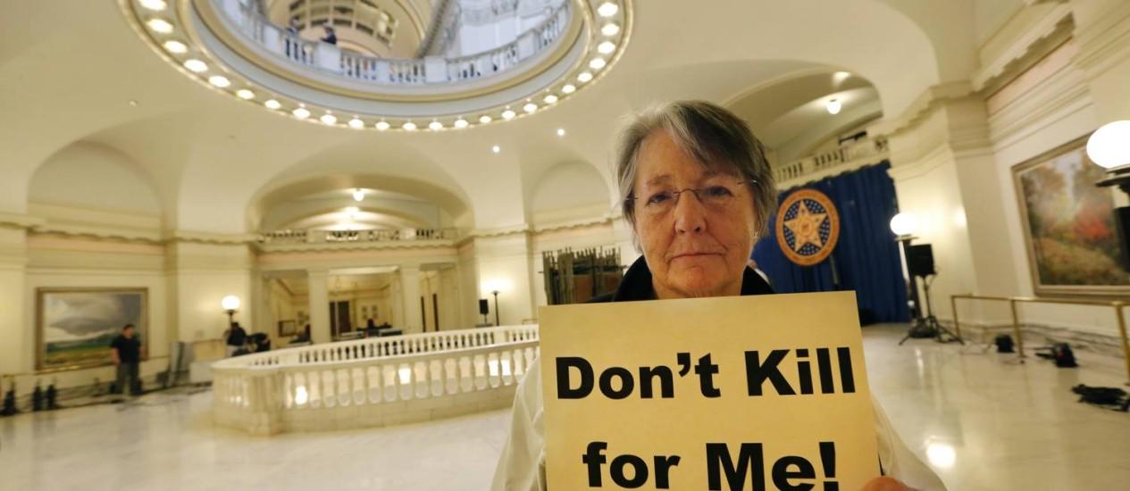 """Mulher contrária à pena de morte se manifesta em Oklahoma: """"Não matem por mim"""" Foto: Steve Gooch/AP"""