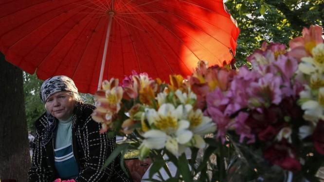 Um mulher vende flores em Odessa Foto: GLEB GARANICH/REUTERS