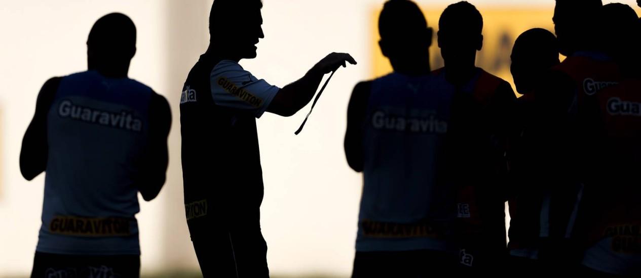 Mancini orienta time do Botafogo durante treino no Engenhão Foto: Alexandre Cassiano / Agência O Globo