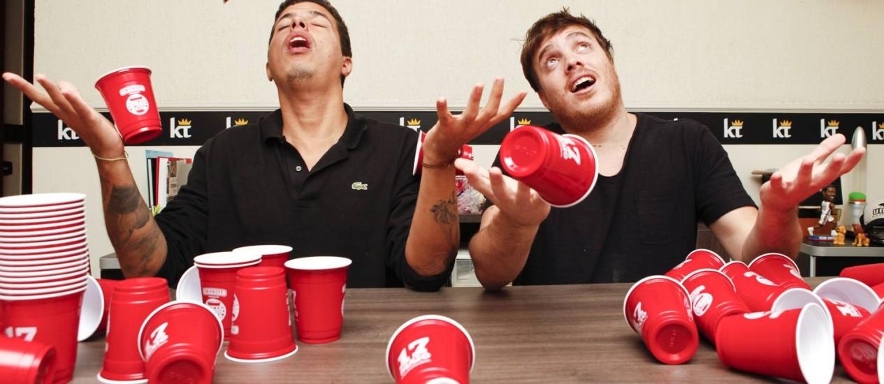 Ricardo Correia e Leo Grieve brincam com o símbolo da Red Cup Party: próxima será sábado Foto: Agência O Globo / Bárbara Lopes
