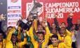 Neymar e Oscar (à frente) comemoram a conquista do Sul-Americano Sub-20, em 2011