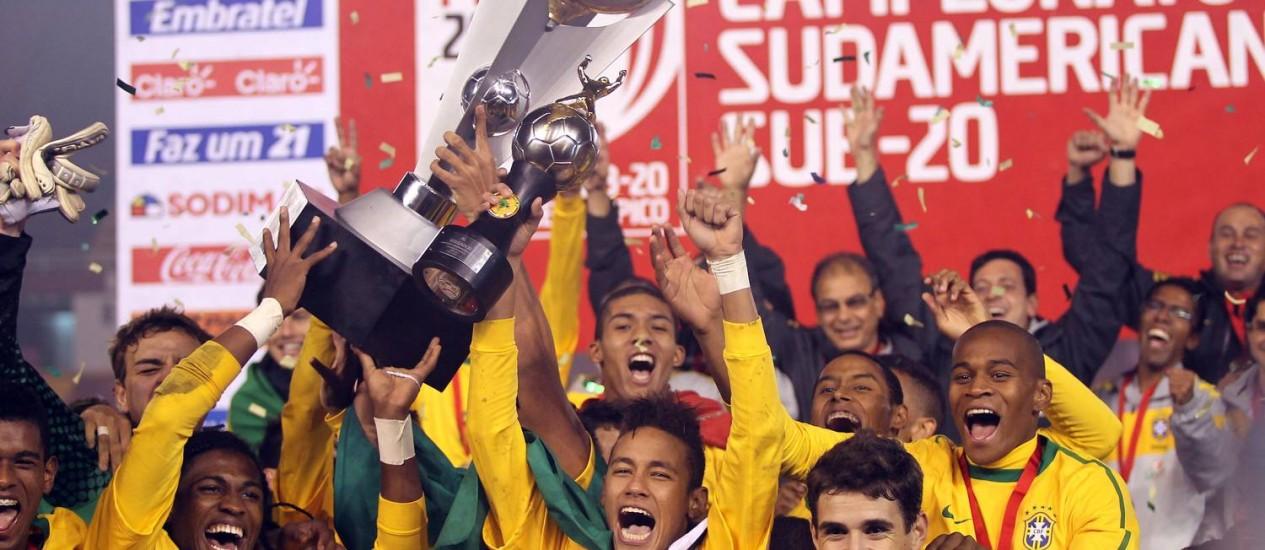 Neymar e Oscar (à frente) comemoram a conquista do Sul-Americano Sub-20, em 2011 Foto: Cezar Loureiro/12-02-2011