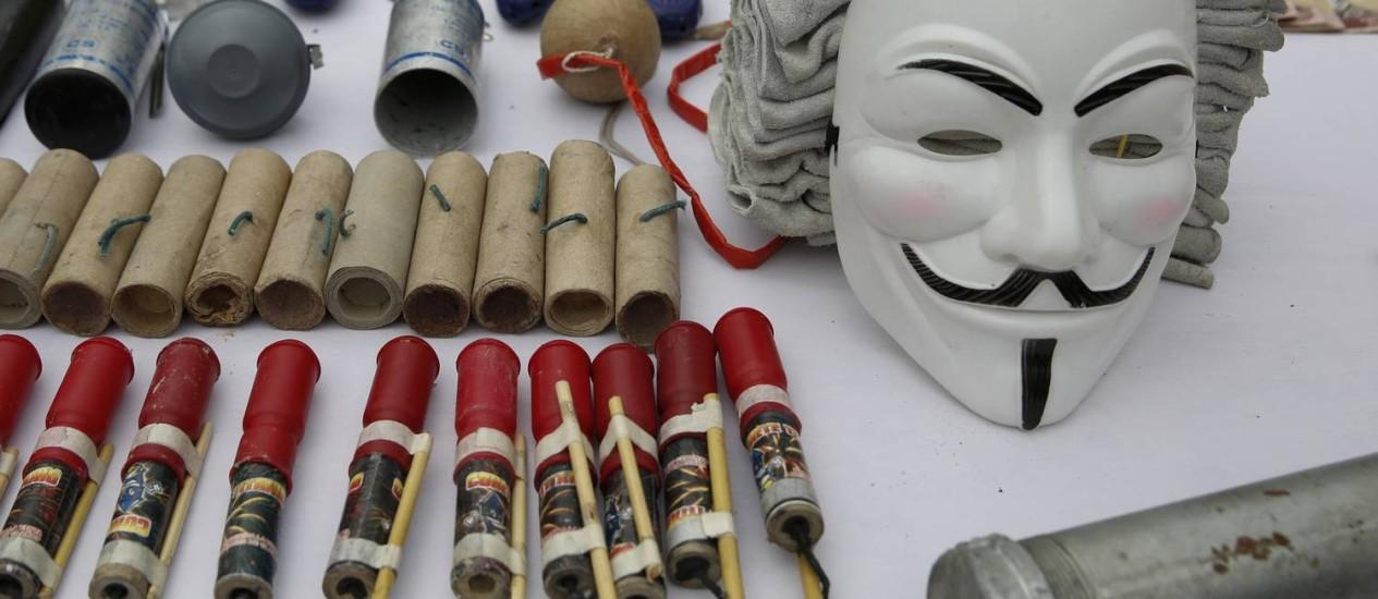 Entre os itens confiscados dos opositores estão bombas caseiras e rádios Foto: Carlos Garcia Rawlins/REUTERS