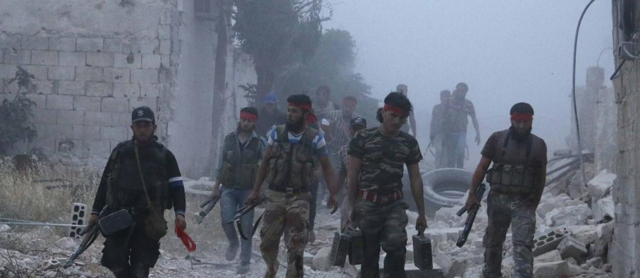 Rebeldes caminham em Maarat Al-Nouman, na província de Idlib, após ofensiva contra forças do regime de Bashar al-Assad Foto: 5-5-2014 / Reuters