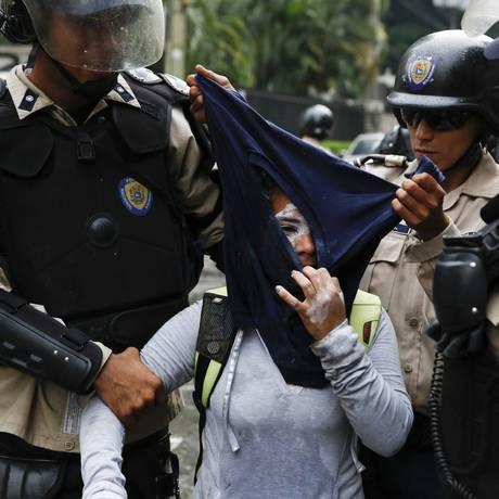 Policiais venezuelanos detêm manifestante em protesto contra governo de Nicolás Maduro: marchas que tomam o país desde fevereiro são duramente reprimidas Foto: Carlos Garcia Rawlins / REUTERS