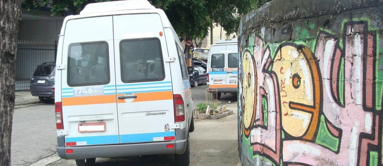 Vans param irregularmente em calçada na Tijuca Foto: Foto do leitor Cleber Renke / Eu-Repórter