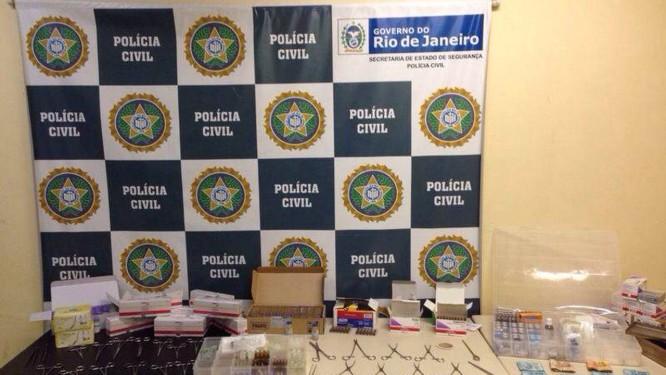 Instrumentos cirúrgicos, material biológico e medicamentos de uso restrito hospitalar foram apreendidos Foto: Divulgação Polícia Civil