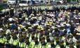 Policiais cercam parentes das vítimas do naufrágio da balsa Sewol em rua perto da sede do governo sul-coreano