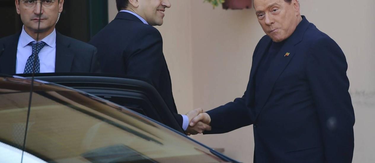 Ex-premier Silvio Berlusconi chega ao centro 'Sagrada Família' em Cesano Boscone, perto de Milão Foto: OLIVIER MORIN / AFP